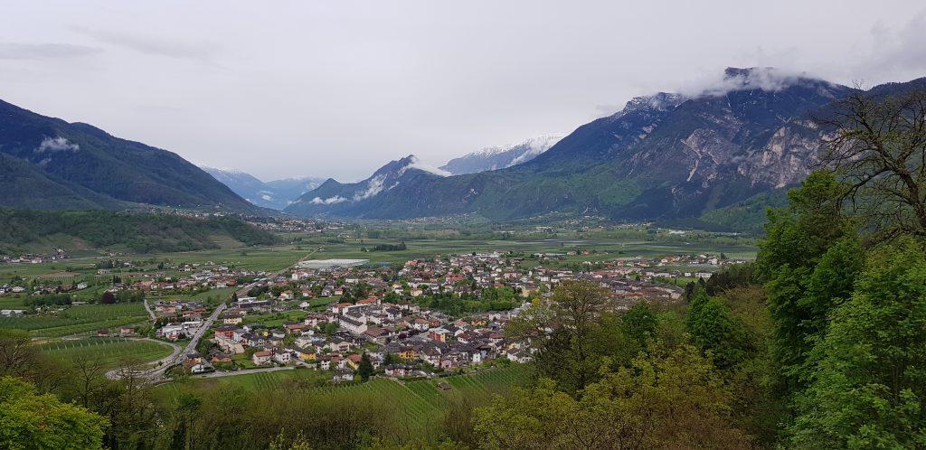 Italia Caldonazzo näkymä vuorille